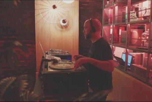 El DJ Sergio Calderón actuando en la inauguración de Fiero Cocktail Bar, en Bilbao.